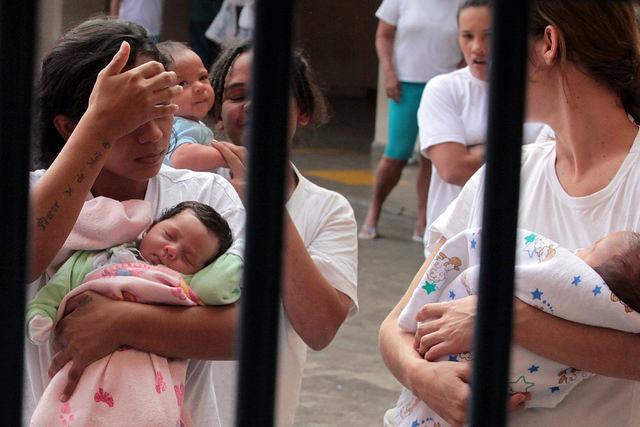 mulheres presas com filhos